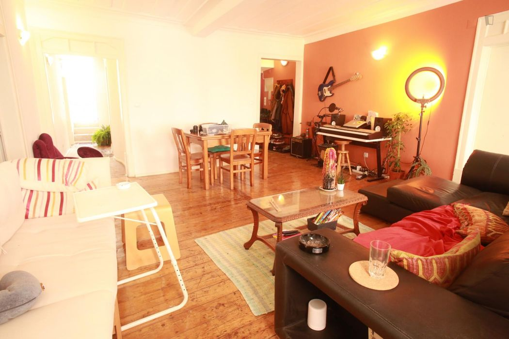 Double bedroom in a 4-bedroom apartment in Mouraria