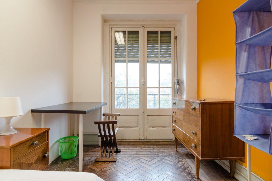 Roomy double bedroom in Rato