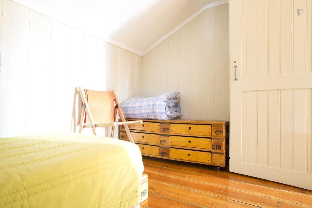 Cosy and neat single bedroom in Bairro Alto