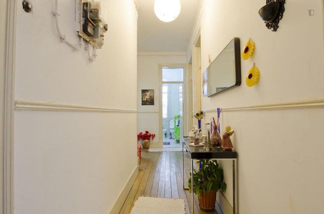 Cosy double bedroom in Anjos near the metro station
