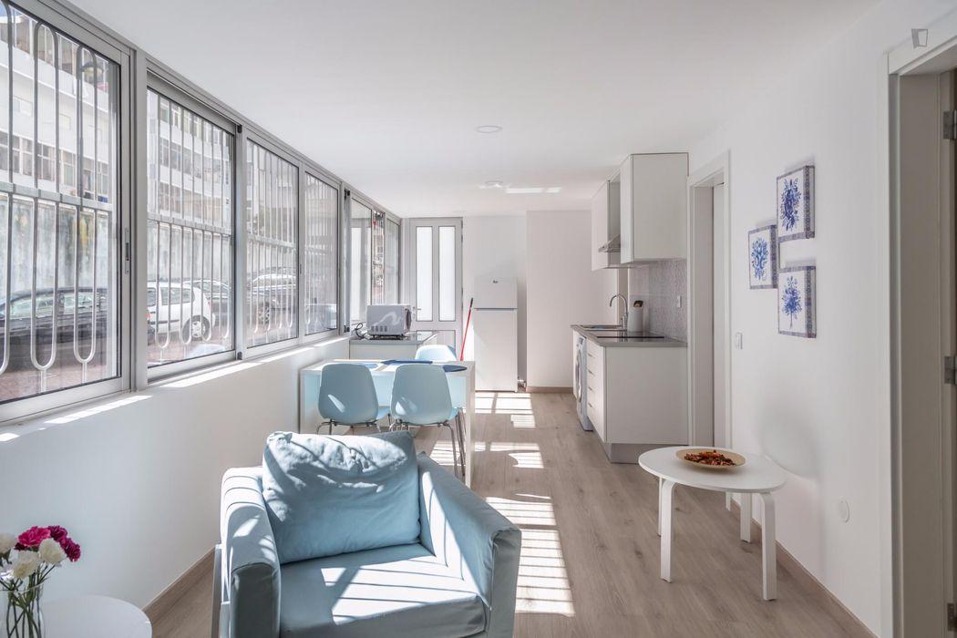 Homely double bedroom near Jardim da Fundação Calouste Gulbenkian