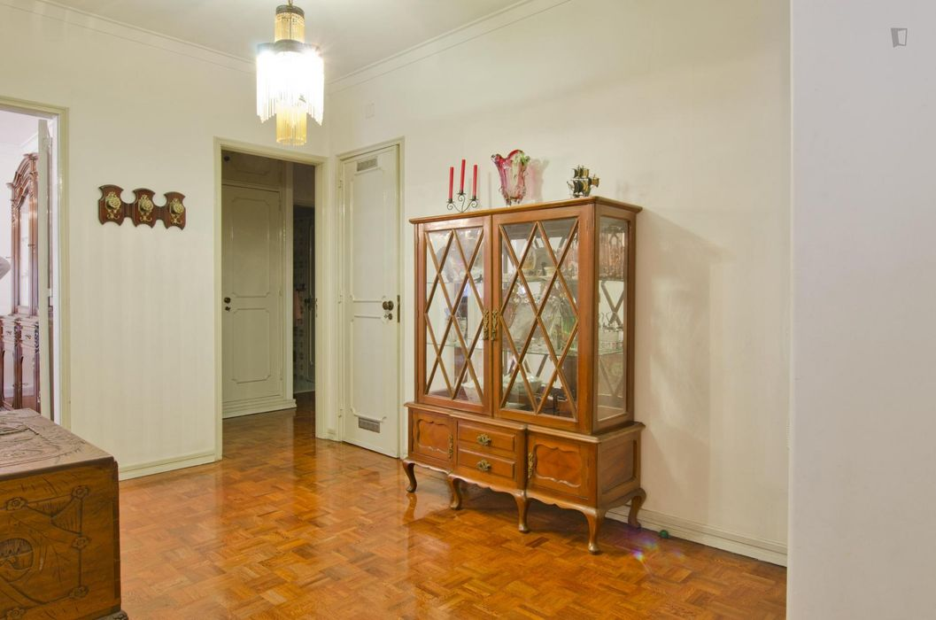 Classic 2-bedroom apartment near residential Olivais