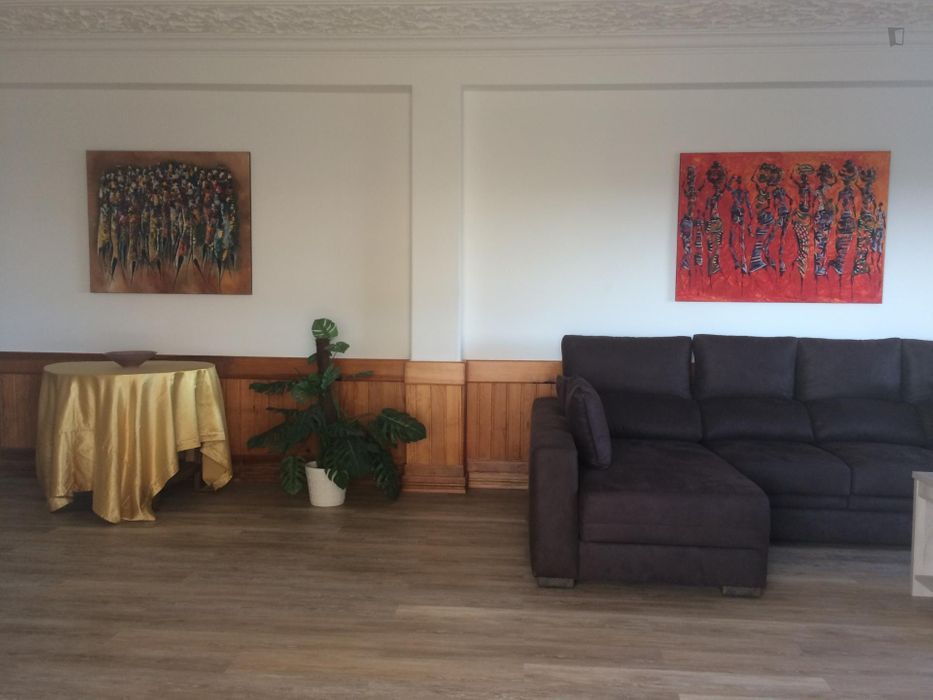 Large Double Bedroom in house with patio, sea-view and large saloon in Caparica