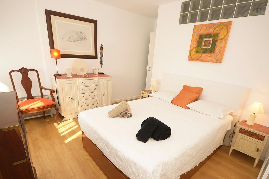 Double bedroom in a 2-bedroom apartment near Praia de Paço de Arcos