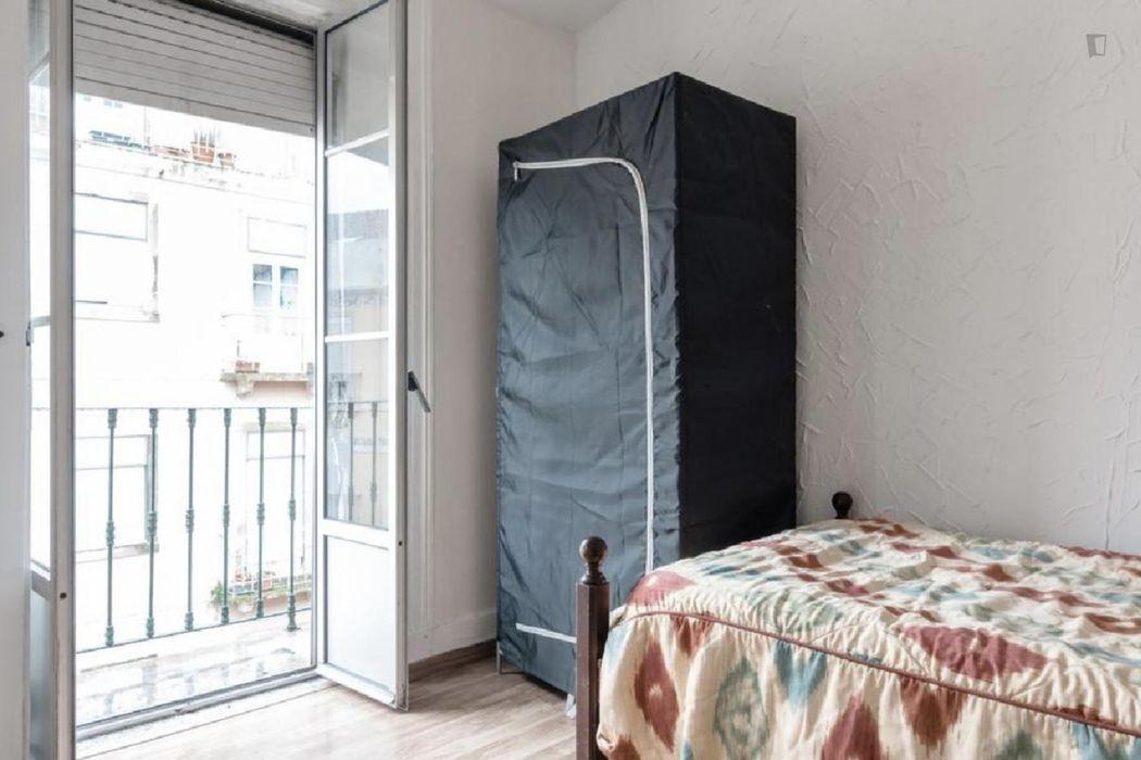 Bright single bedroom with a balcony in Penha de França