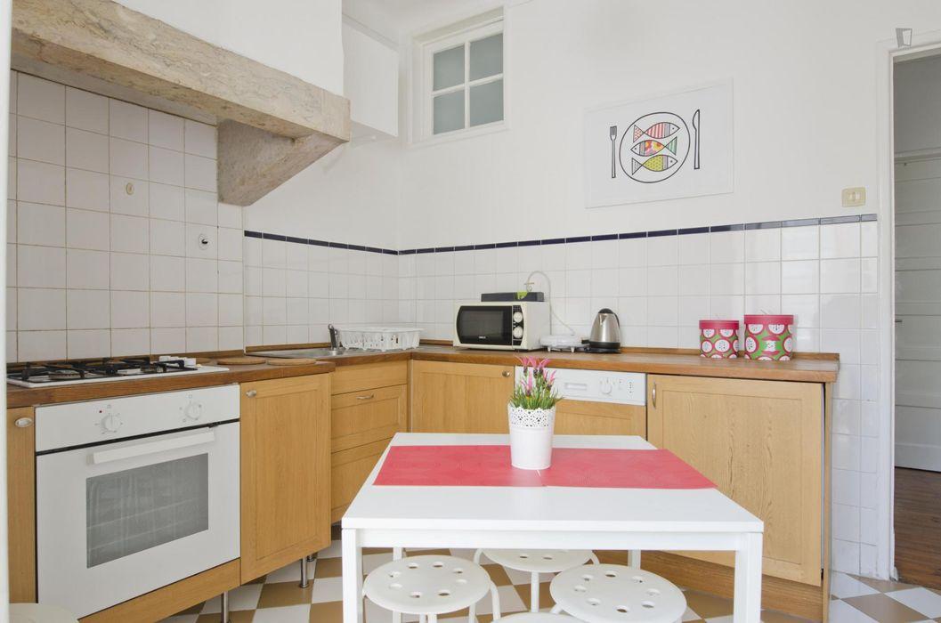 Single bedroom in 5-bedroom apartment in busy Alameda