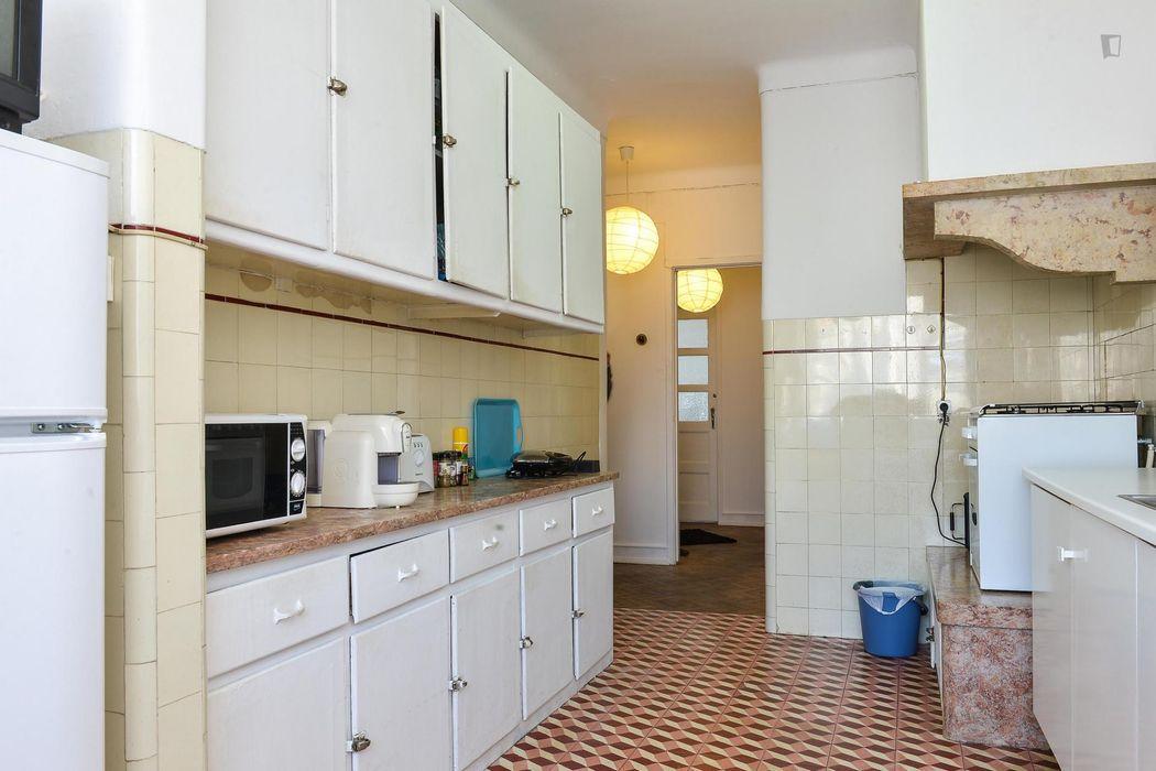 Double bedroom with balcony in 5-bedroom student apartment near ISCTE