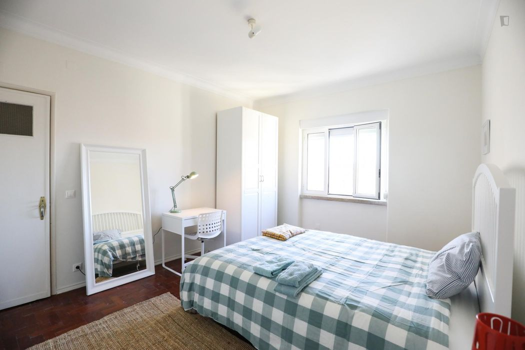 Great looking double bedroom next to the Arroios metro station