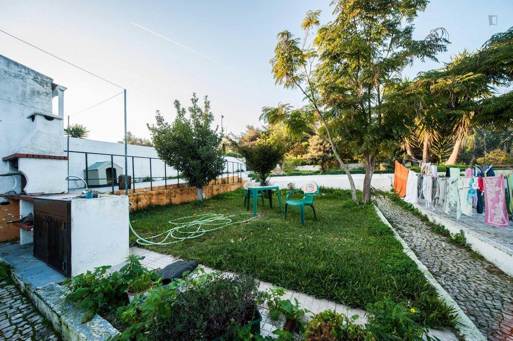Affordable single room in a house with beautiful garden and barbecue near Instituto Superior de Ciências Sociais e Políticas