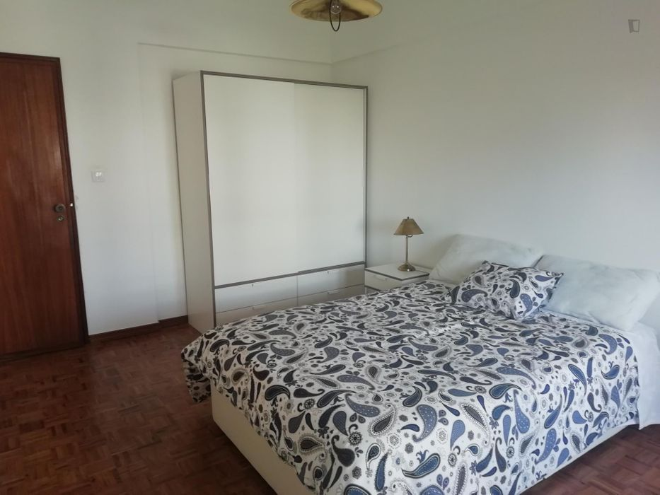 Bright and fresh double bedroom in Benfica