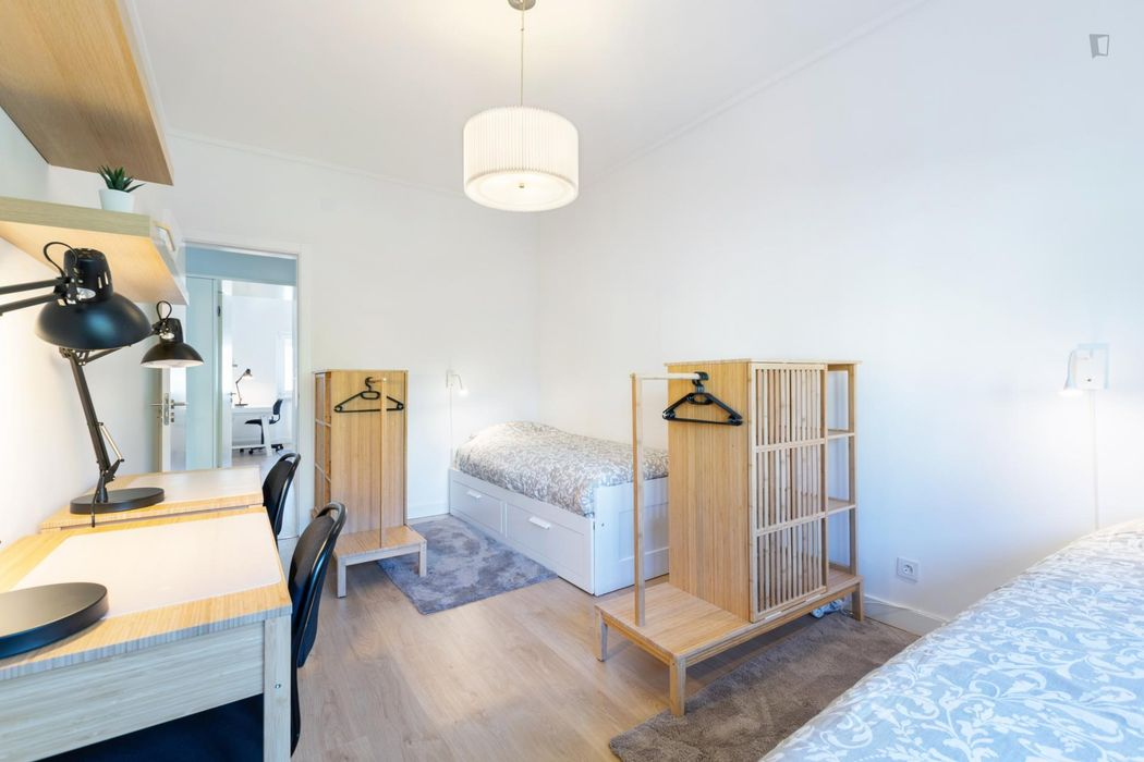 Shared bedroom for 1 or 2 people in inviting student flat in Benfica / Católica