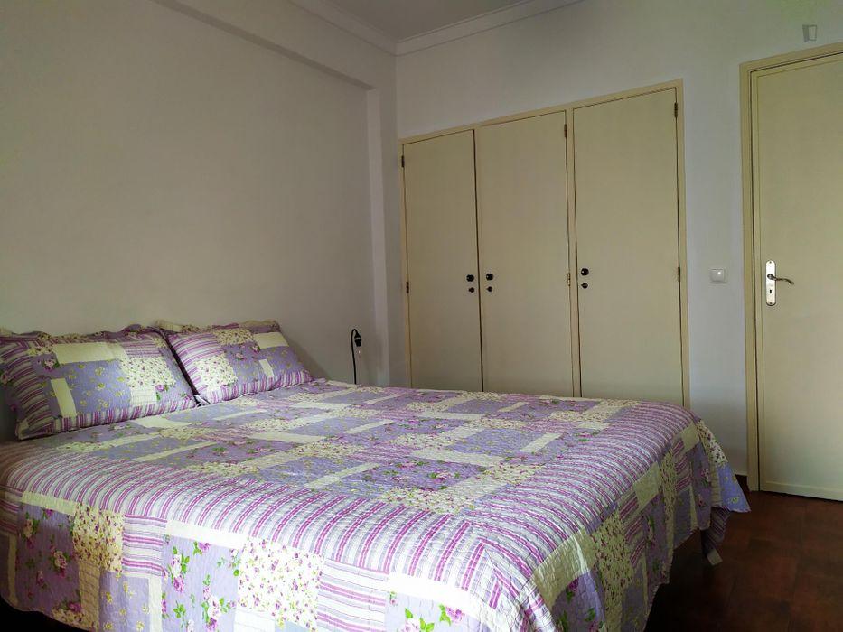 Homely double ensuite bedroom near São João do Estoril train station