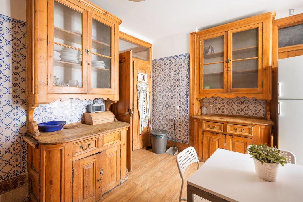 Great single bedroom with a balcony in Santa Apolónia