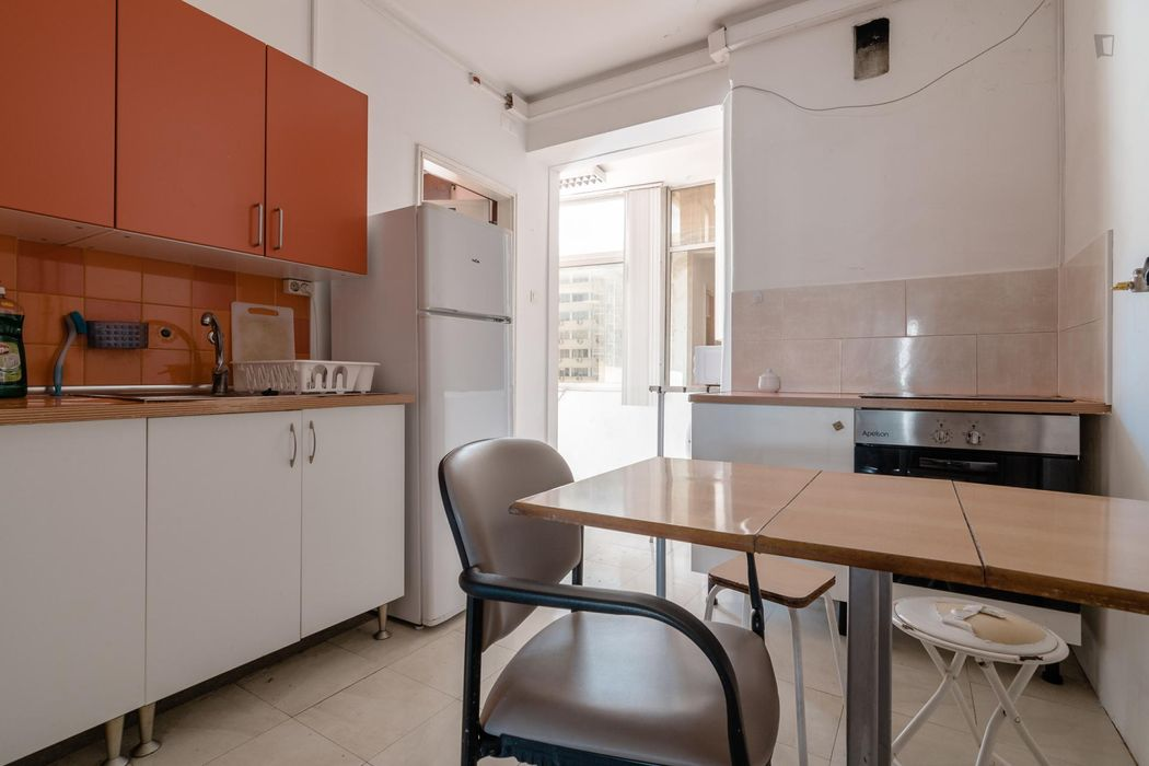 Friendly double bedroom in a 7-bedroom apartment near Saldanha metro station