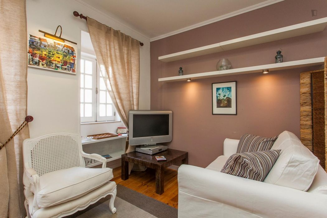 1-Bedroom apartment near R. Escolas Gerais tram stop