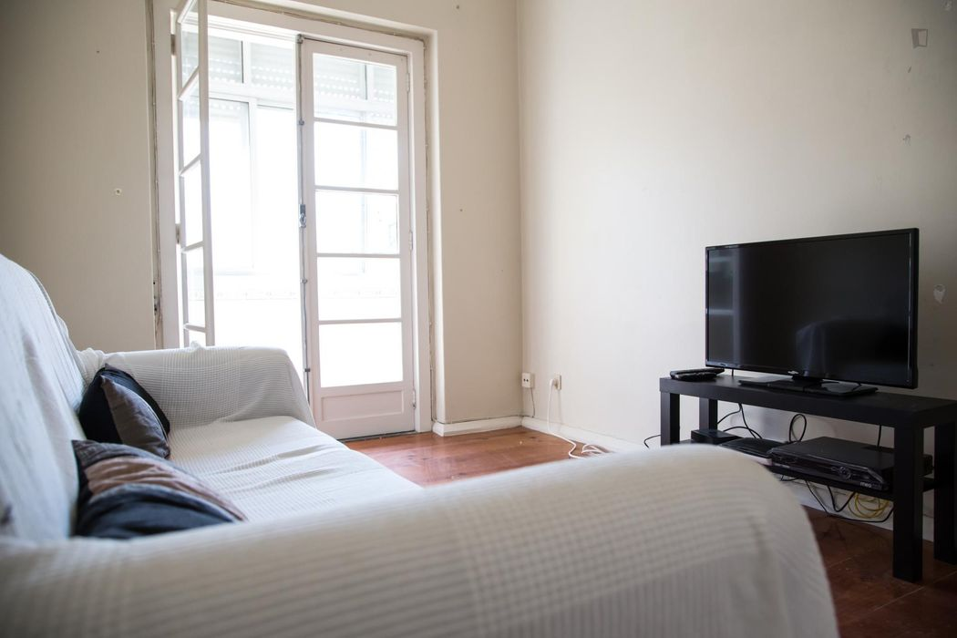 Bright and comfy double bedroom in Alvalade