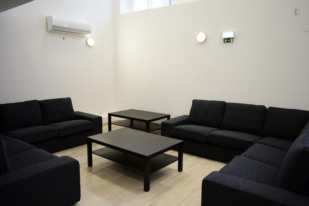 Delightful single bedroom in Entrecampos