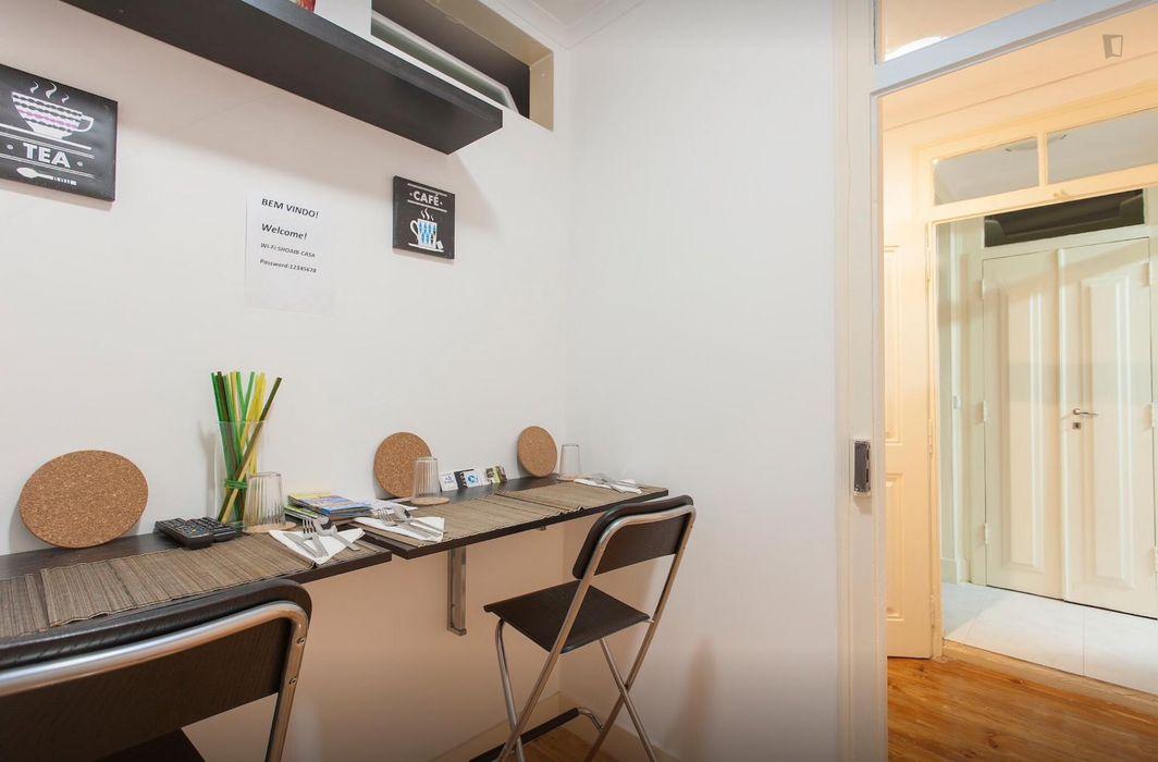 Double bedroom, in a 6-bedroom flat, close to Martim Moniz metro station