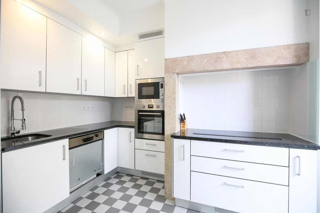 Spacious room with double bed, private bathroom and A/C