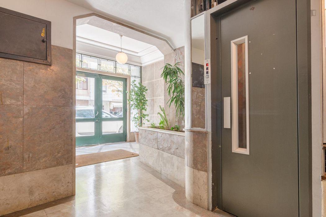 Modern single bedroom with an ensuite bathroom, in a 5-bedroom flat in Saldanha