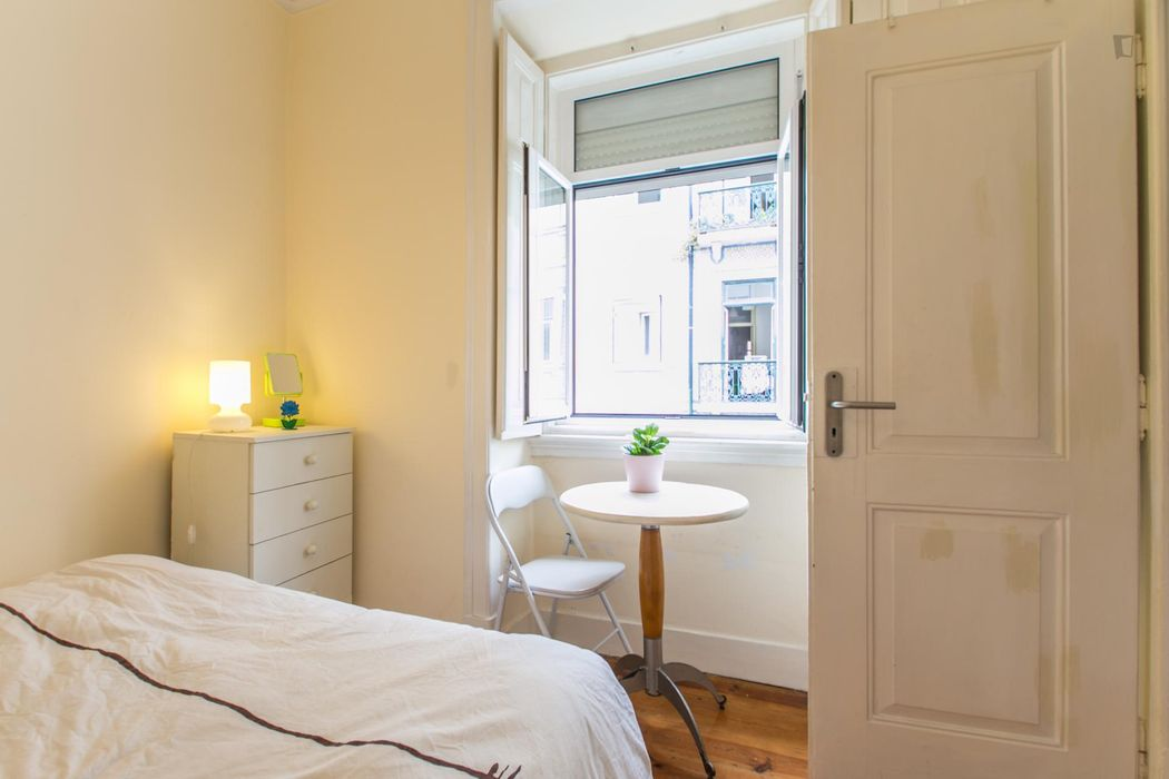 Bright and cosy double bedroom near the Intendente metro