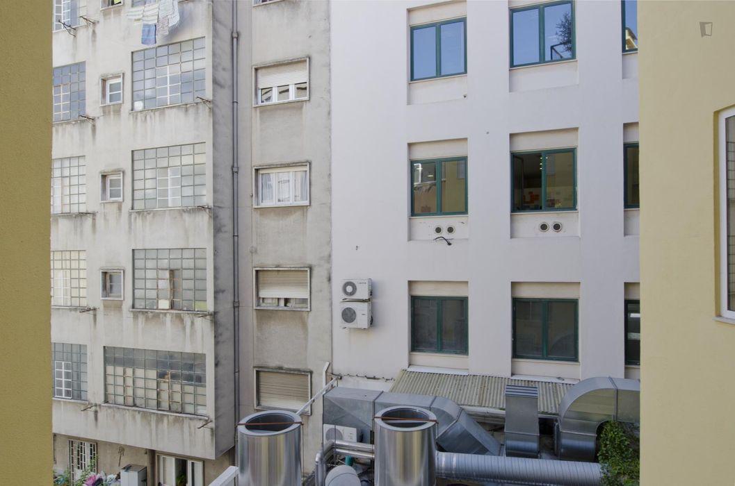Wonderful double bedroom in a 4-bedroom flat, near Sete Rios