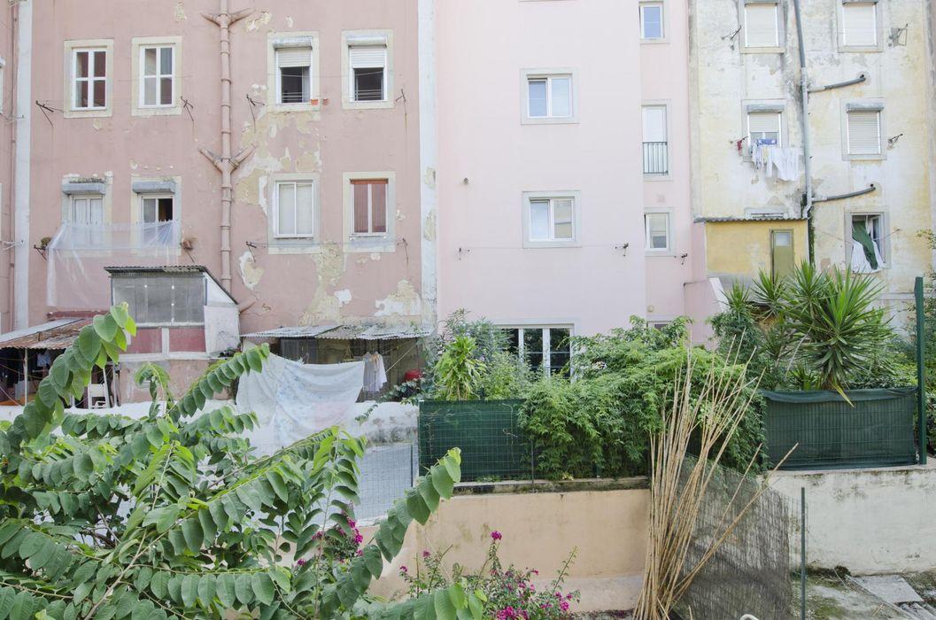 Single bedroom in 3-bedroom flat in Alcântara