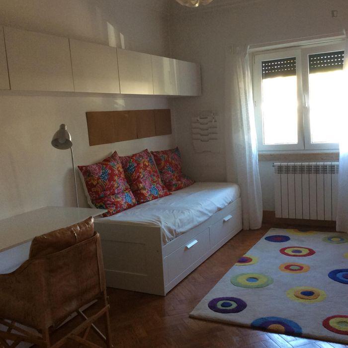 Inviting single bedroom in busy Entrecampos