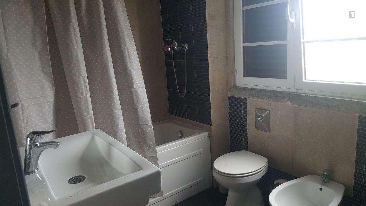Single bedroom in 4-bedroom house