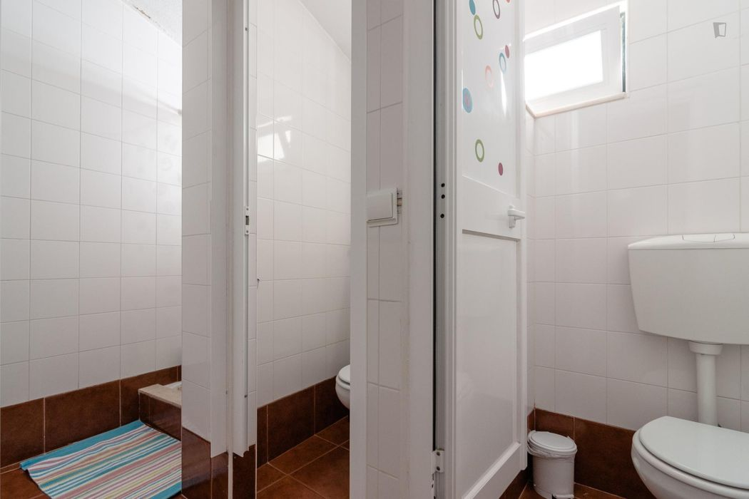 Pretty nice single bedroom in a 7-bedroom flat, in Bairro Alto