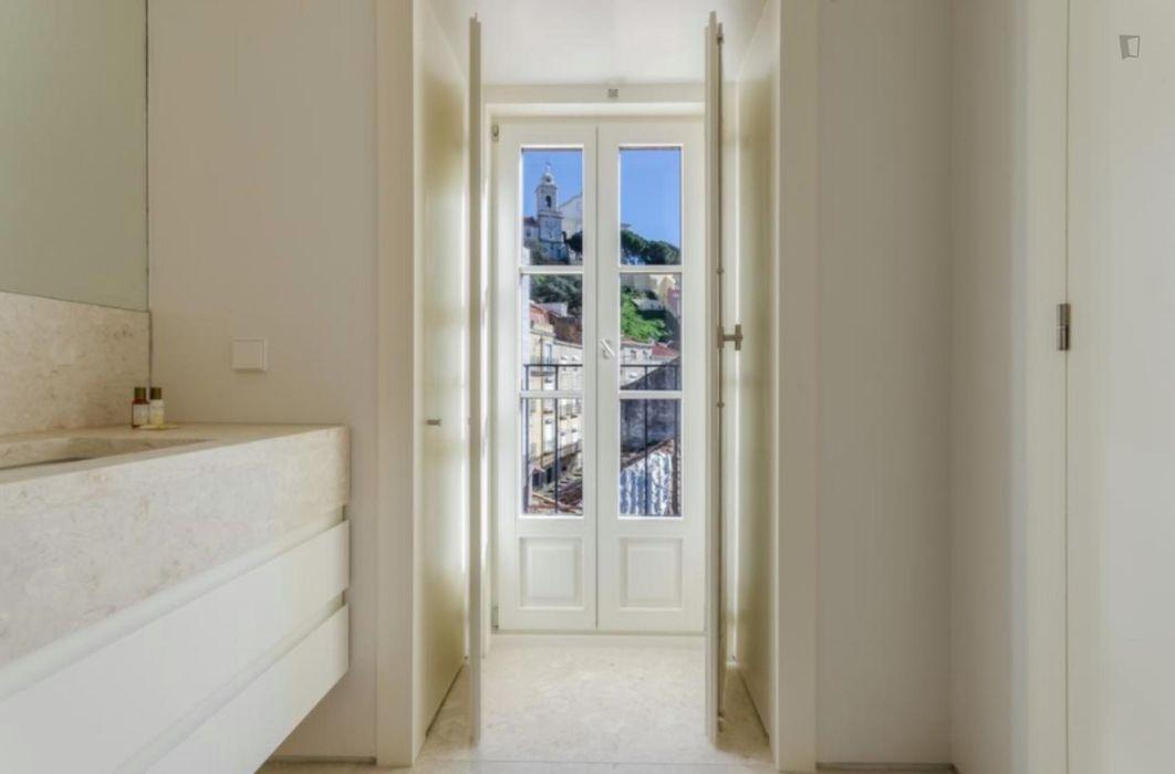 Bright 2-bedroom apartment near Martim Moniz metro station