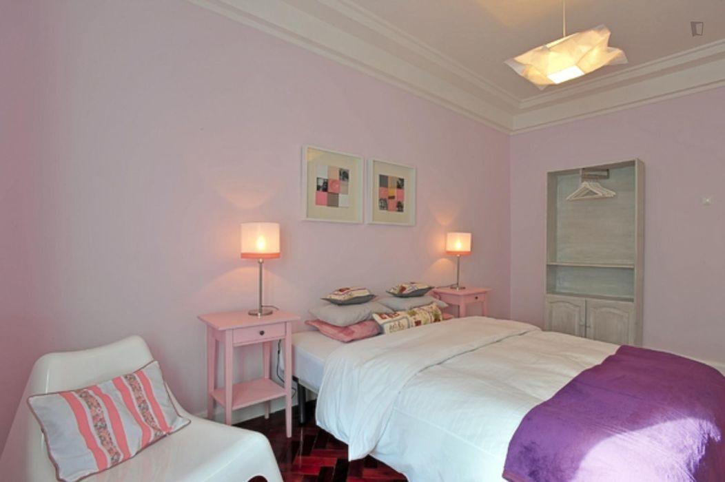 Bright 5-bedroom apartment near Anjos metro station