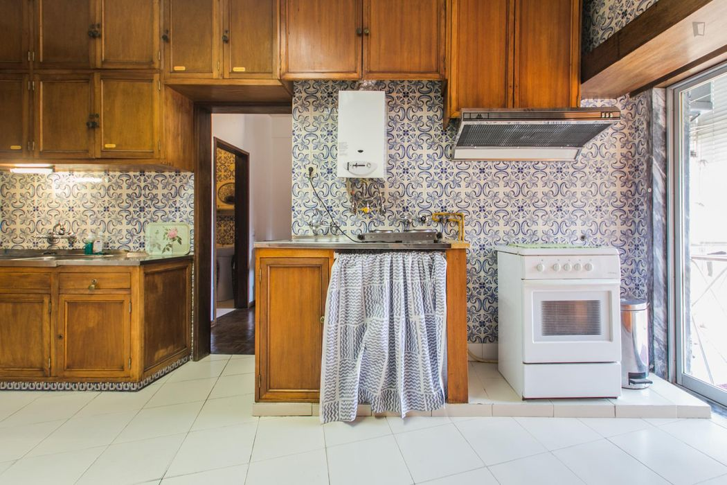 Bright double bedroom in a 5-bedroom apartment in Arroios