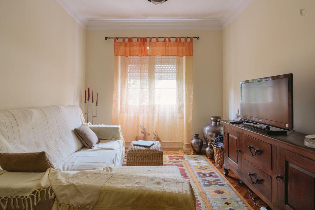 Bright double bedroom in proximity of Instituto Superior Técnico