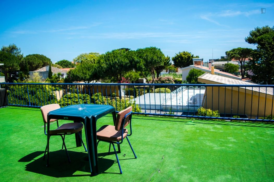 Welcoming double bedroom near Carcavelos train station