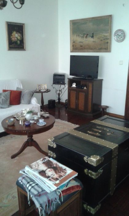 Snug double bedroom close to Oeiras train station