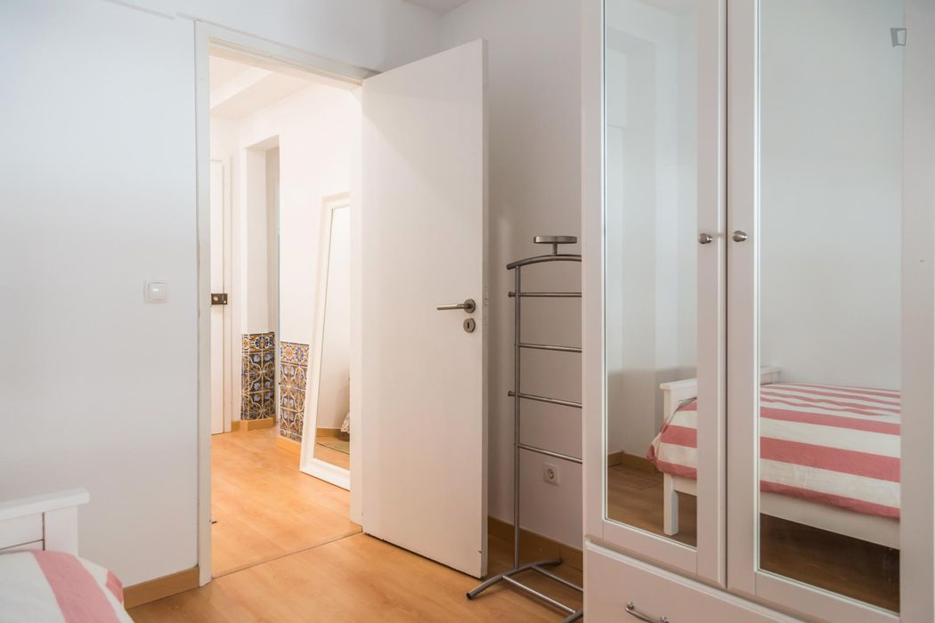 Cosy single bedroom in a 3-bedroom flat, in proximity to the Rossio train station