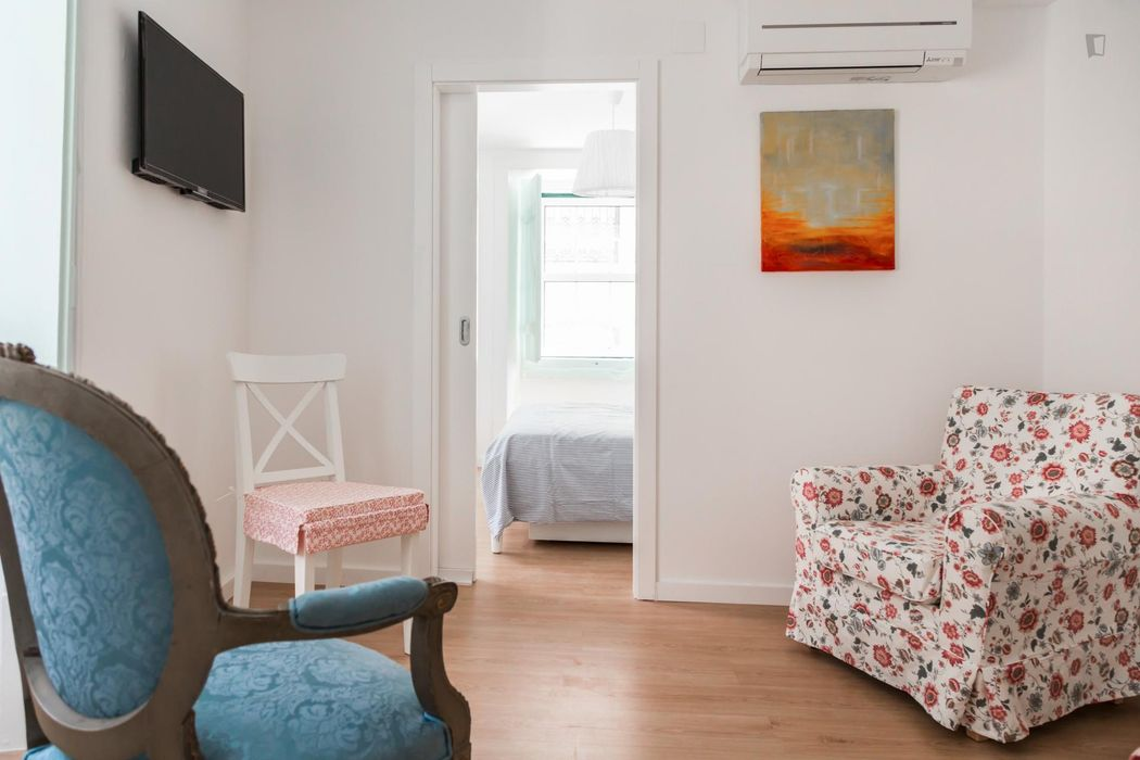 Pleasant double bedroom in a 3-bedroom flat, in proximity to Rossio train station