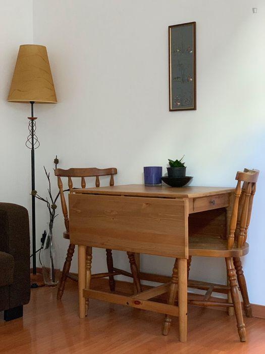 Wonderful private floor with double bedroom, bathroom and living room in Alameda (the kitchen is shared)!
