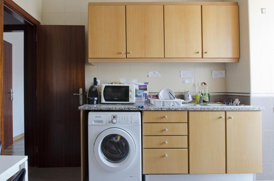 Friendly single bedroom, in a 6-bedroom apartment, near Faculdade De Medicina