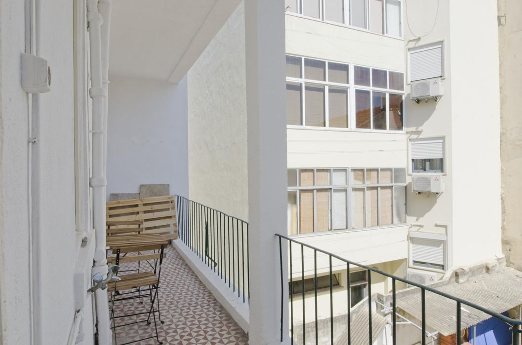 Perfect single bedroom in a very big apartment next to Anjos metro station
