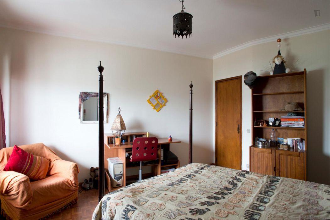 Double bedroom with private bathroom, in Paço de Arcos