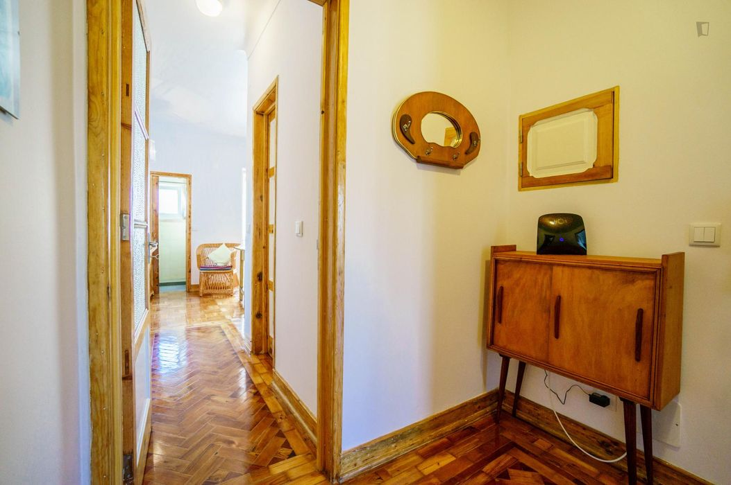 Joyful double bedroom in a 3-bedroom flat, in Anjos