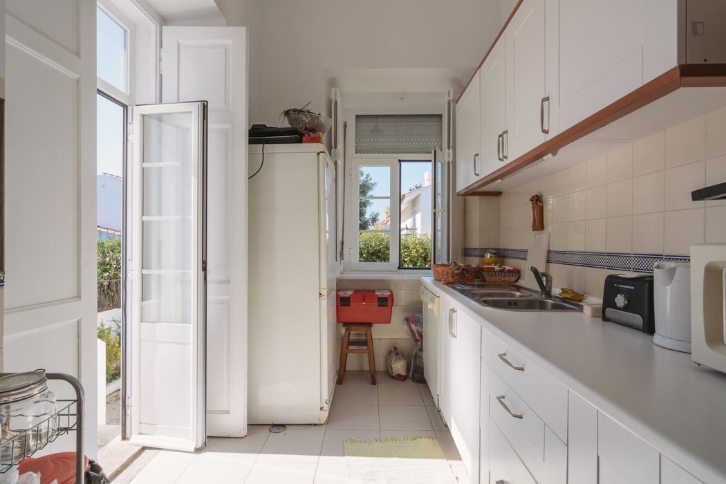 Homely single bedroom near the Parede train station