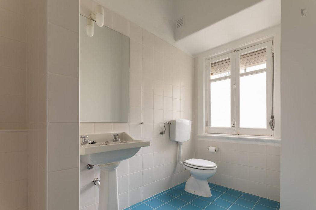 Single bedroom in 9-bedroom apartment