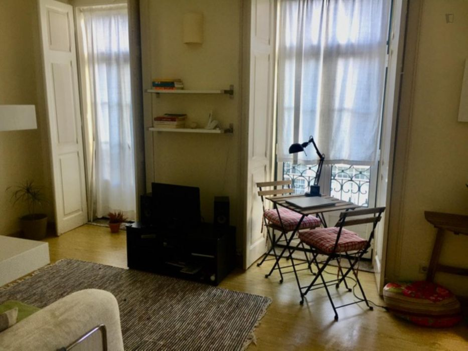 Single bedroom in a 2-bedroom apartment near Casa Fernando Pessoa