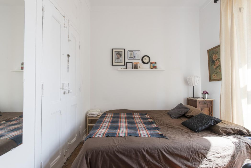 Lovely double bedroom with private living room in Campo de Ourique