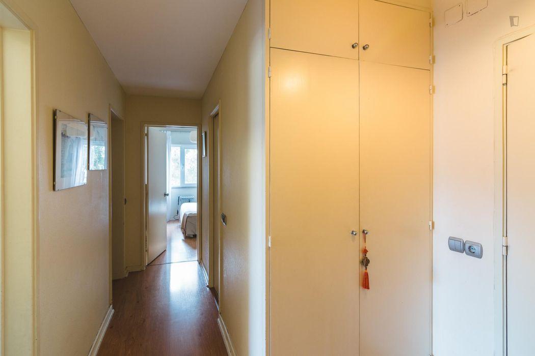 Pleasant double bedroom in Algés