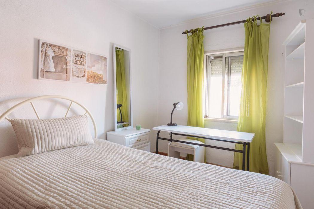Very bright single bedroom close to Encarnação metro station
