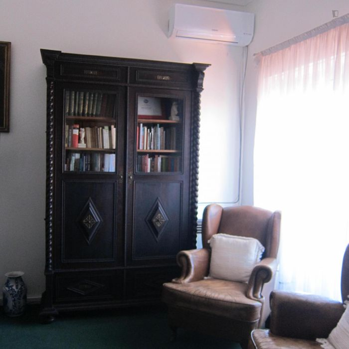Comfortable twin bedroom in city center